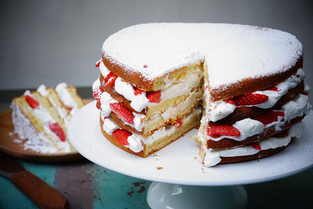 Gateau Au Yaourt Facile Facon Layer Cake Aux Fraises Hervecuisine Com